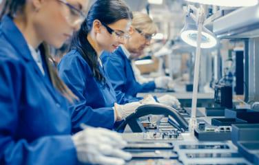 写真:工場で作業する女性達