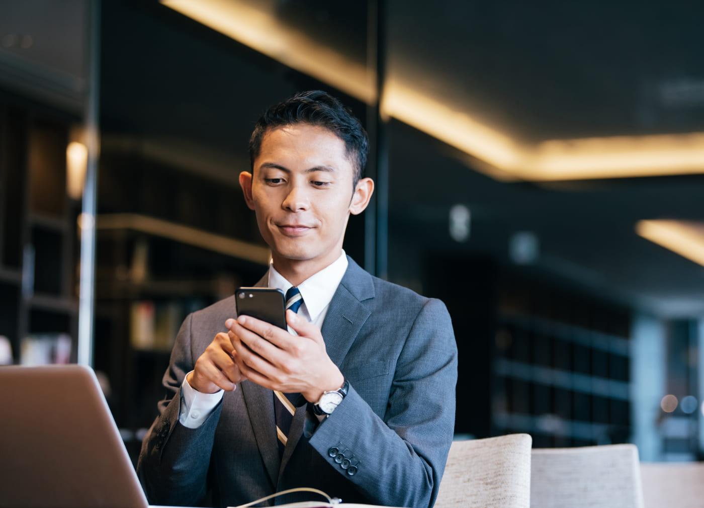 写真:スマホを使用する男性