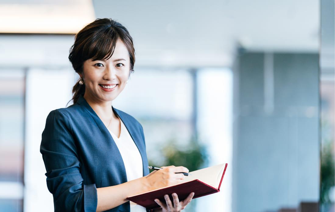 写真:手帳を持つ女性